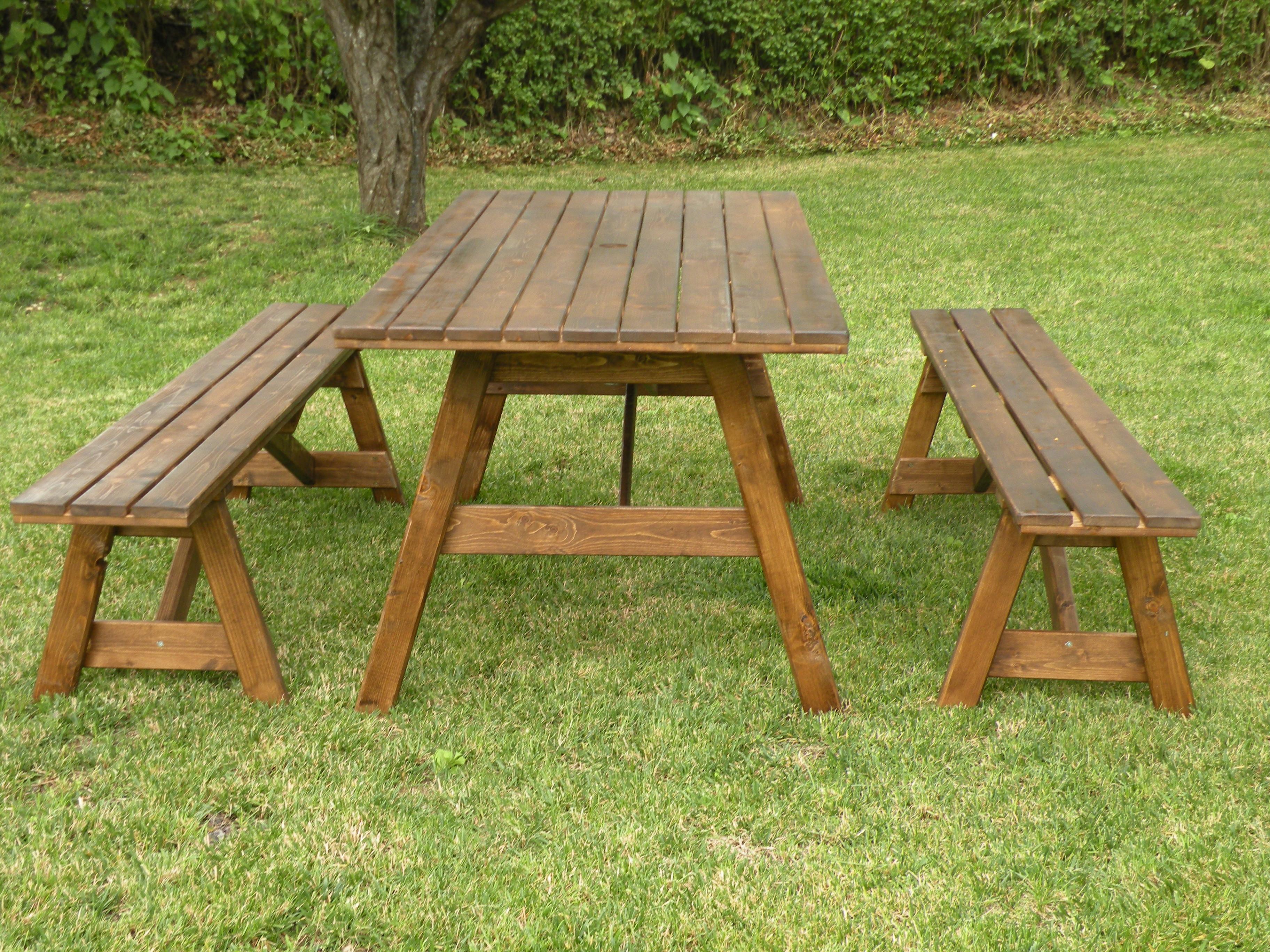 Tavoli per l 39 esterno in legno tavolo da giardino con for Tavoli da giardino in legno rustici