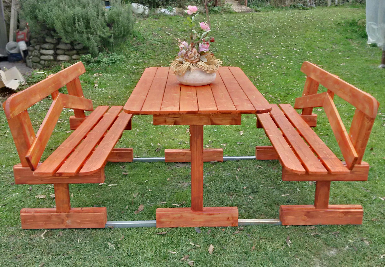 Arredamento per esterno giardino tavolo in legno con for Divanetto in legno per esterno